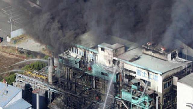 日本一化工厂爆炸,现场黑烟弥漫
