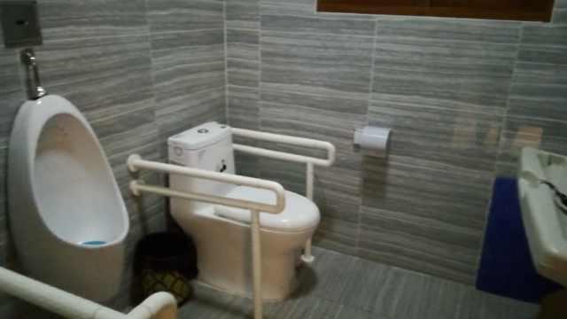 好方便!这个公厕可以给娃换尿布