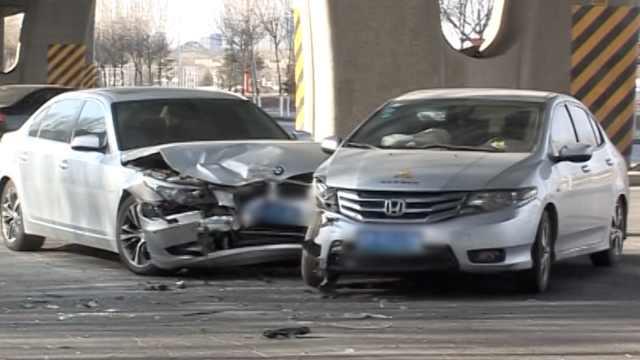司机撞宝马没钱赔,扔车抵押人遛了
