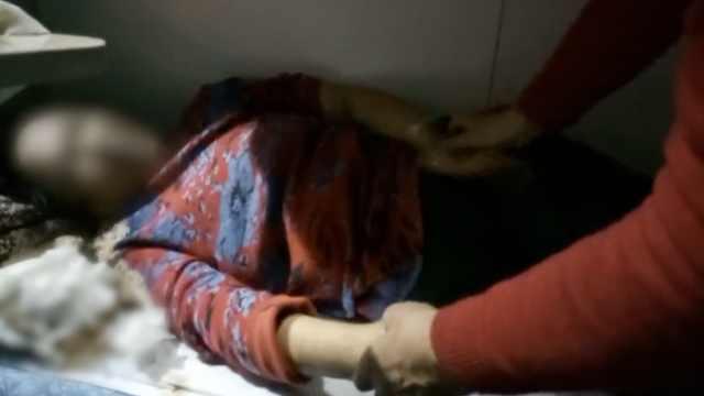 女子列车上呕吐,同车大姐握手安抚