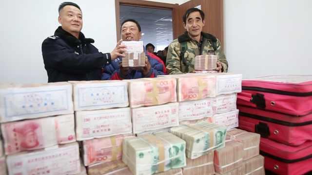 警方帮300民工讨薪,1400万堆一桌
