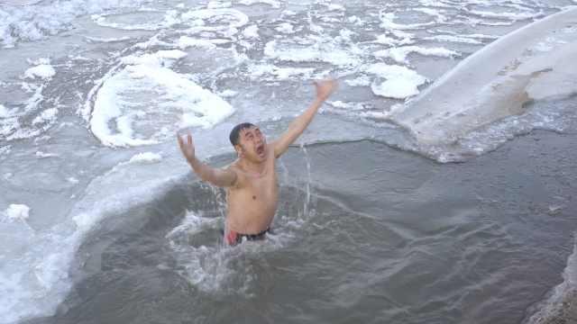 过瘾!他们冰窟里冬泳,像在涮火锅