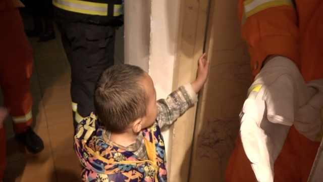 3岁男童手卡门缝等救援,求妈妈抱抱