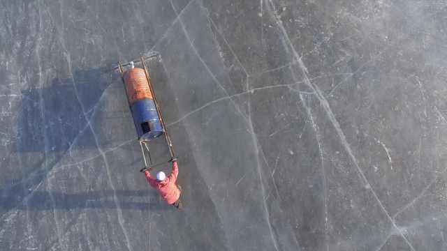 沈阳冰场上的浇冰人:推水车填冰缝