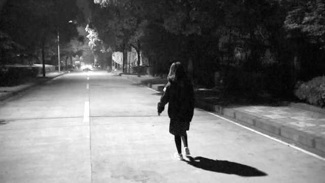 女子深夜回家,村口黑道遭尾随抢包