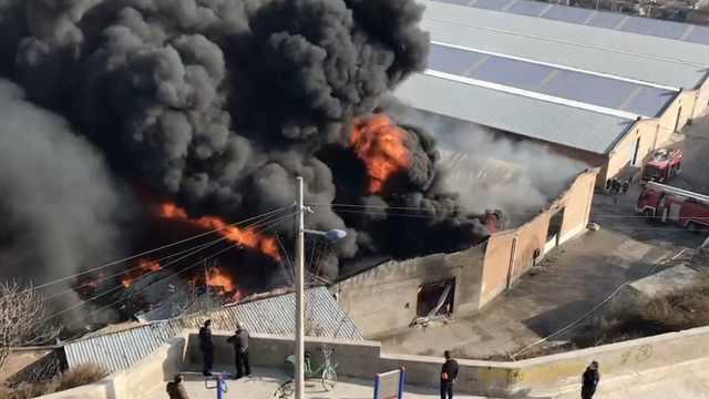 消防通道被挡,西安一仓库起火烧光