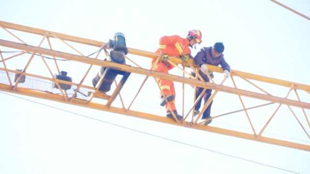 2民工爬塔吊讨薪,因腿麻被困3小时