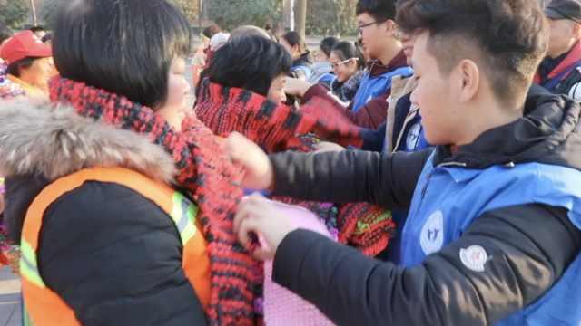 大学生卖废纸攒钱,织500围巾送环卫