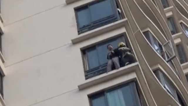 女子9楼窗台跳楼,消防员惊险救援