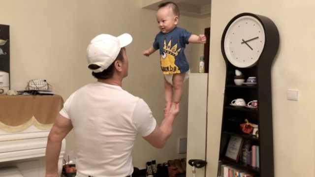 宝宝被外公托举玩平衡,妈妈不担心