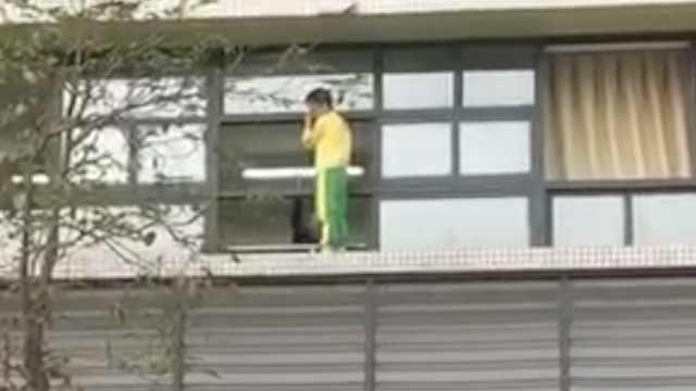 小学生站2楼窗户跳楼,不让老师靠近
