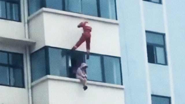 她坐窗沿欲跳楼,被天降消防蹬回屋