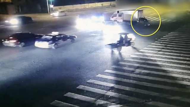 醉了!2男推货车前行,闯红灯撞宝马