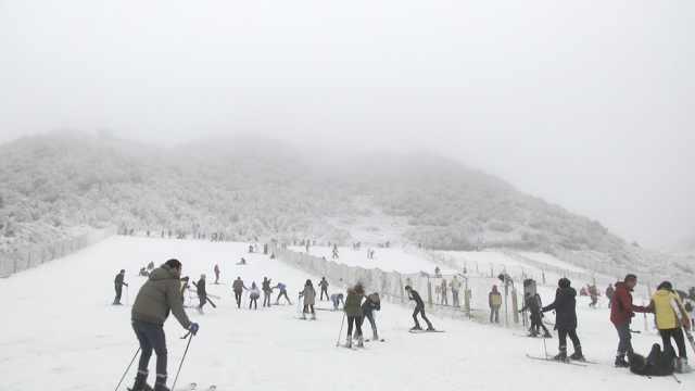 滑雪啦!重庆金佛山迎2018第一场雪