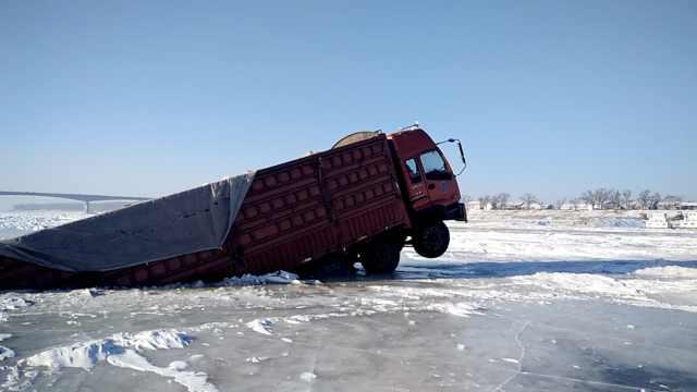 大桥限高运粮车冒险走冰面,结果…