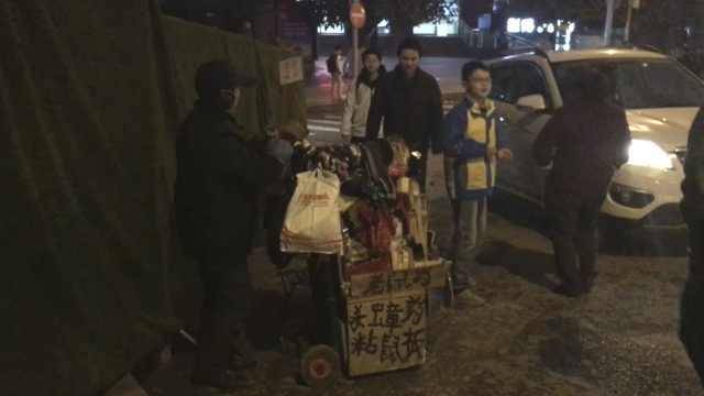 晚安,重庆|残疾男街边摆摊供儿读书