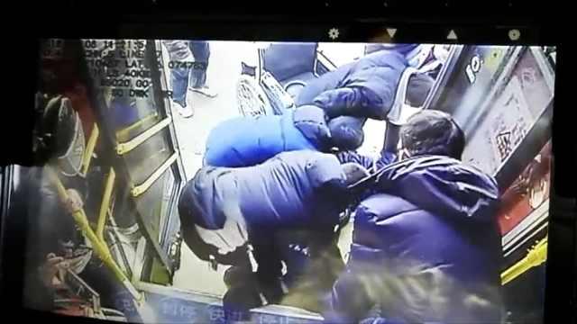 女子公交上晕倒,司机直接开往医院