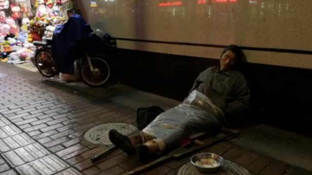 7旬老翁横躺路边乞讨:没钱哪有老婆
