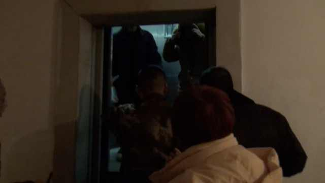 电梯故障2人被困,消防破门施救