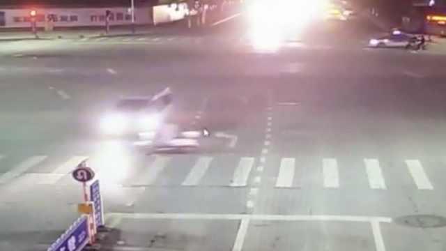 电动车人行道上被撞翻,地上转数圈