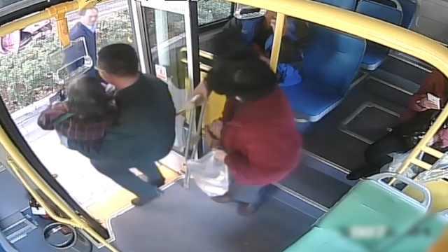 老人腿不便,公交司机将她抱上抱下
