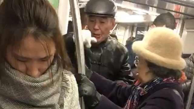 地铁未让座遭老人掌掴?女子:没扇我