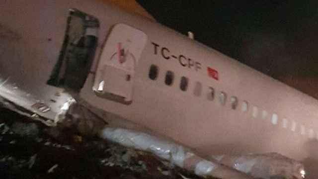 惊险!土耳其一飞机降落时冲出跑道