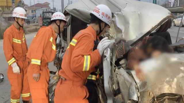 路口面包车与农用车相撞,致1死3伤