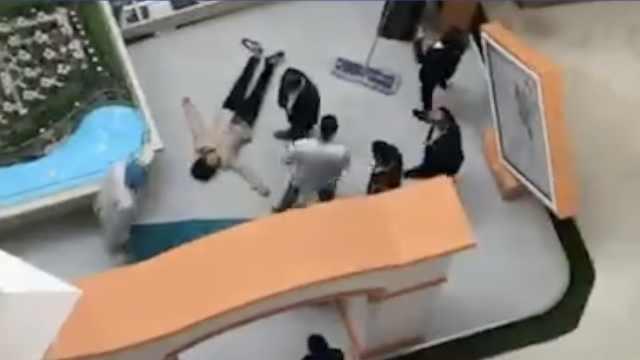 清洁工打扫,被商场大型广告牌砸伤