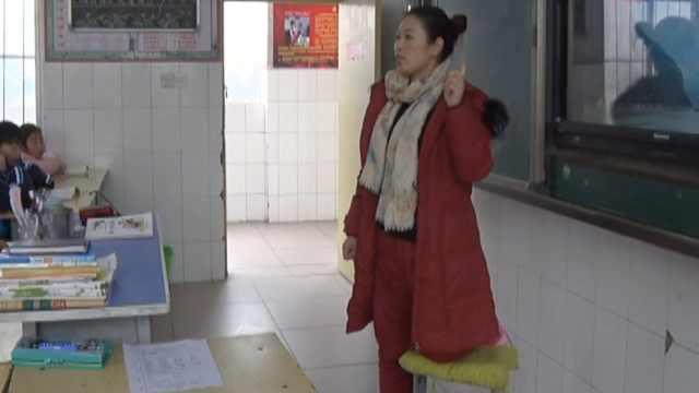 女教师摔伤腿,单腿跪板凳忍痛授课