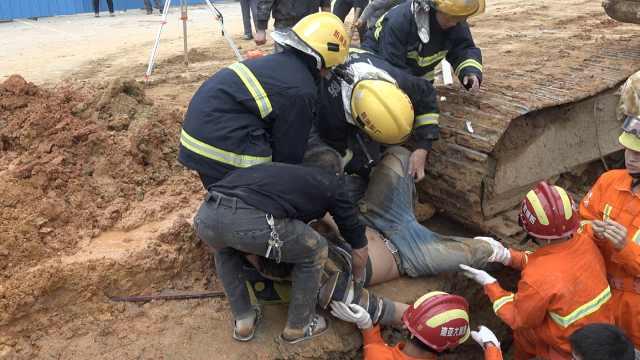 泥土塌方工人被埋,消防员徒手挖人