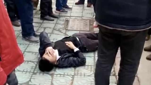 疑劝阻他人插队,男子鼻梁被打骨折