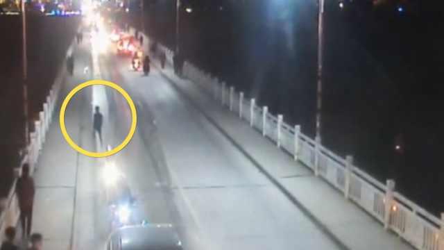 16岁少年无证骑摩托,遇查弃车逃跑