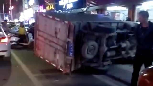 惊险!货车路边倒车,被飞驰轿车掀翻