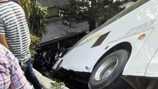 泰国一大巴出车祸,11中国游客受伤