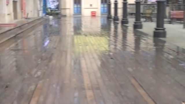商业街地板破损严重,行人易崴脚