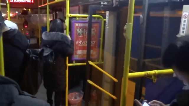 武汉561路公汽开车时忘记关后车门