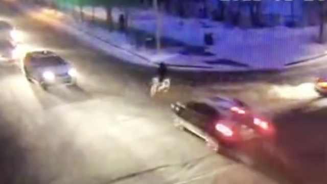 骑车男子路口被小车撞飞,小腿骨折