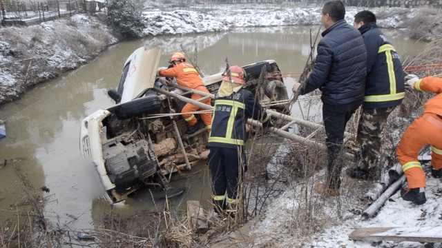 雪天路滑?120救护车翻入路边水塘