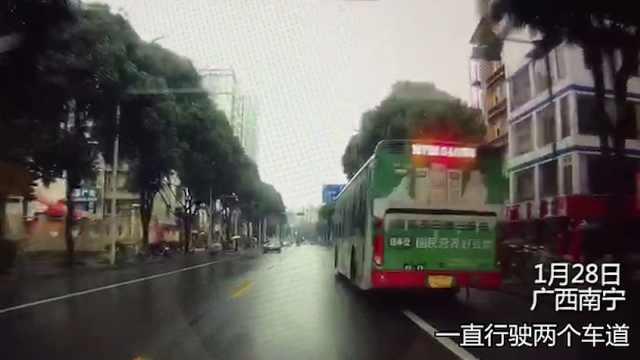 南宁公交车剐蹭奔驰后逃逸