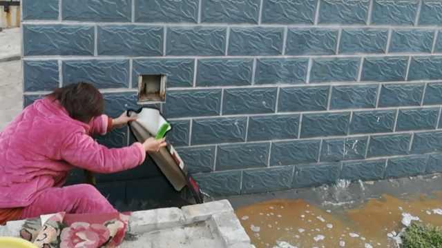 水管爆裂千户停水,她墙缝借水洗衣