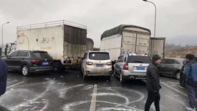 云南昆楚高速结冰,53车相撞4人坠亡