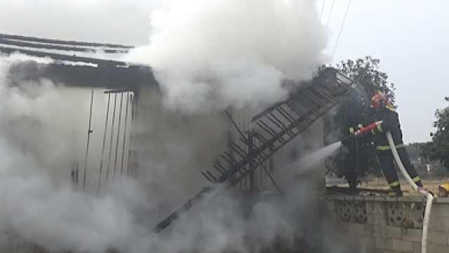 居民楼电起火!消防员不慎摔下围墙