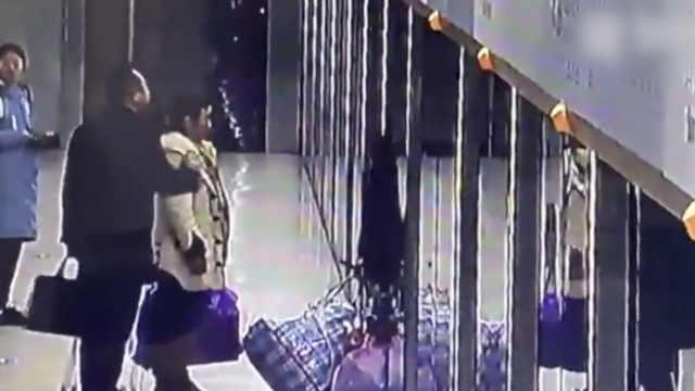 他死卡地铁屏蔽门:行李早扔车上