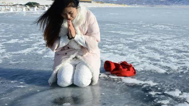 冰封湖面现冰泡,形象逼真如