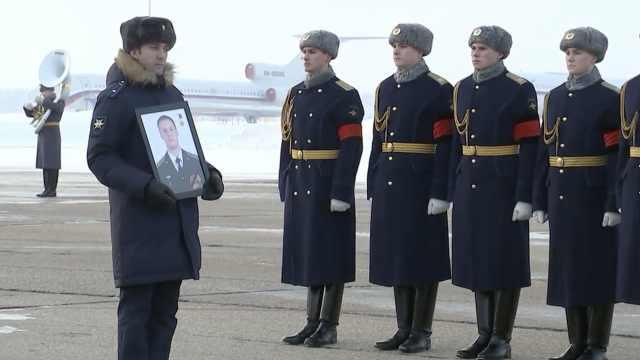 俄飞行员遗体回国,将下葬烈士陵园