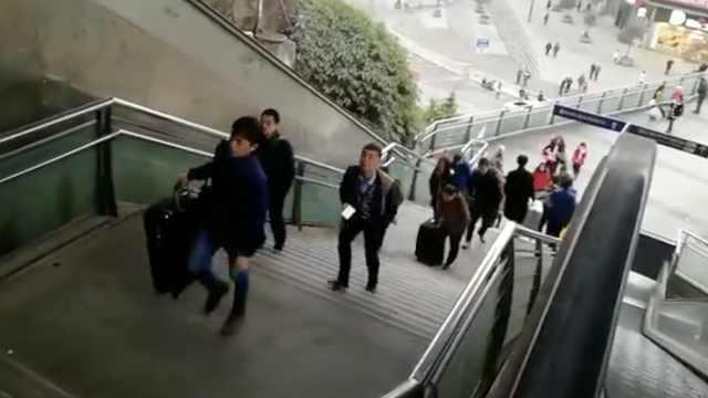 春运扶梯故障一月,市民提箱爬楼梯