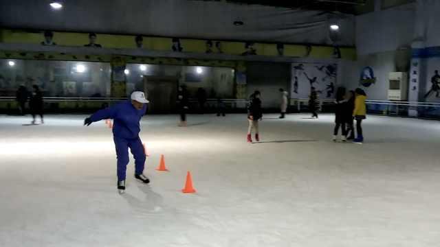 83岁爷爷教小学生滑冰,每周打冰球