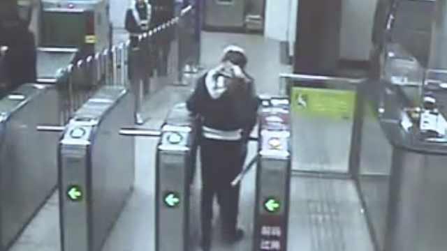 她们逃票被发现,一查,还偷了手机