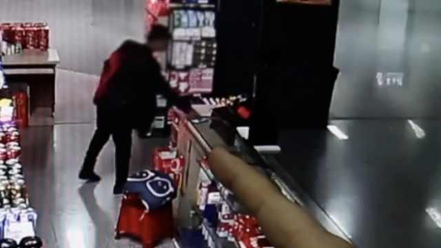 他火车站超市盗手机,得手买票逃离